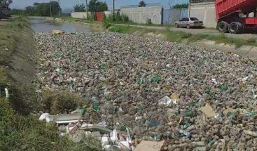 Canales de riego en Santiago convertidos en vertederos de basuras