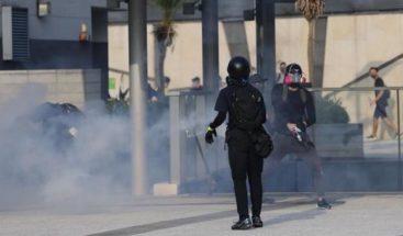 El gas lacrimógeno vuelve a las calles de Hong Kong tras protesta ilegal