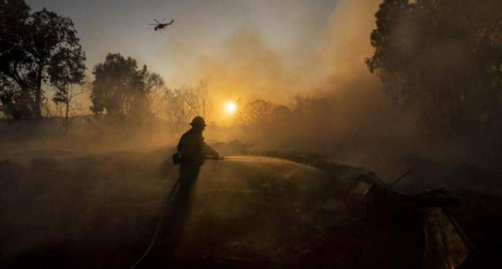 Casi un millón de usuarios sin electricidad en California para evitar fuegos