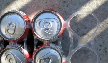 Coca-Cola acorta plazos para reducir plástico y lo elimina en packs de latas