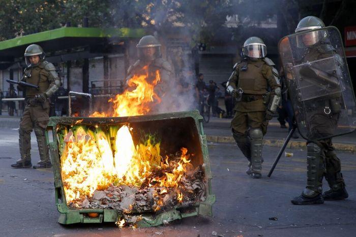 Buses quemados y cacerolazos en nuevos disturbios en Chile por alza del metro