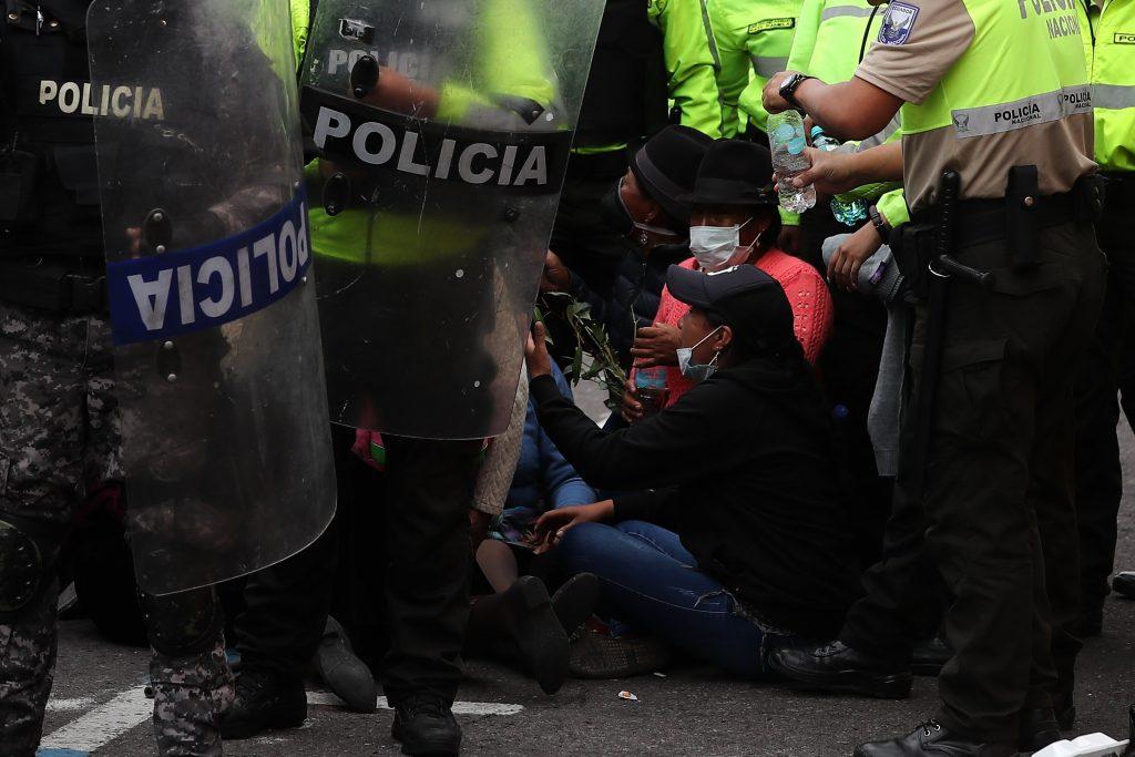 Policía de Ecuador desaloja con violencia a indígenas del Parlamento