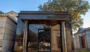 ¿Dónde y junto a quién están sepultados los restos de Trujillo?