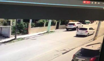 Cámara de seguridad capta robo a un empresario en urbanización de Puerto Plata