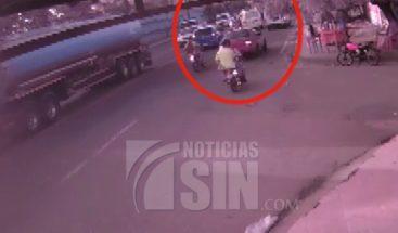 Mujer denuncia contratista de EDESUR chocó su vehículo y abandonó la escena