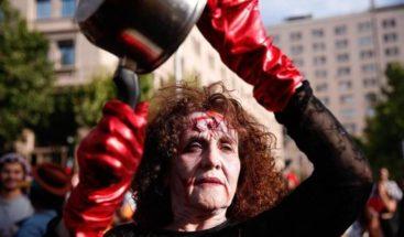 Disfraces y algunos disturbios marcan protestas en Chile en día de Halloween