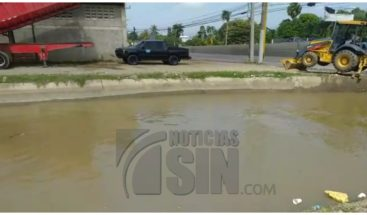 Indrhi retira gran cantidad de desperdicios de los canales de riego en Santiago