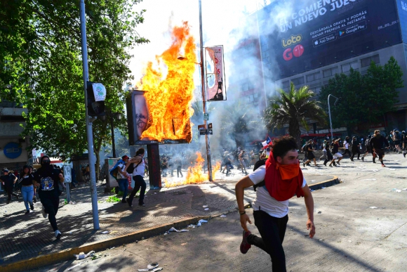 Estados de emergencia y toques de queda se extienden en Chile con 13 muertos
