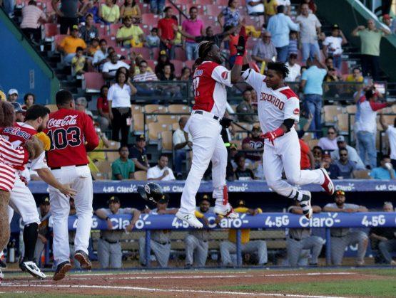 Leones vencen Águilas y siguen firmes en la cima del béisbol dominicano