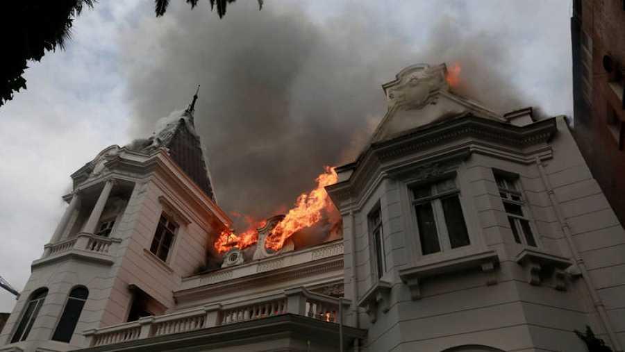 Incendian edificio histórico y allanan embajada de Argentina en Chile