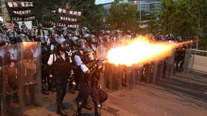 Pekín cuestiona la independencia judicial de Hong Kong, donde sigue el caos