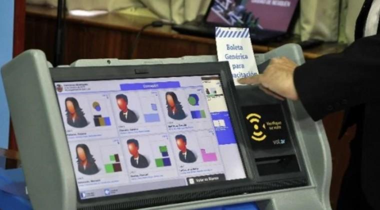 El voto electrónico en comicios paraguayos genera enredo político