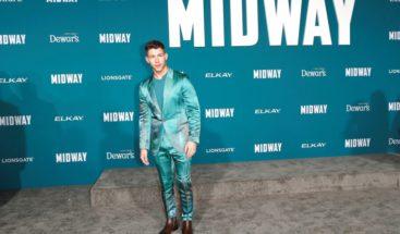 Nick Jonas destaca con un colorido traje de seda en el estreno de