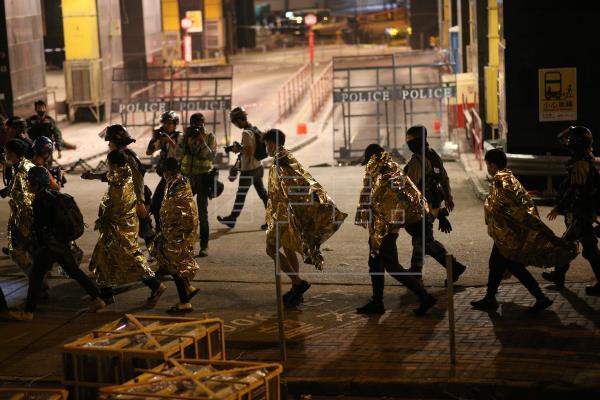 Decenas de estudiantes continúan amotinados en Universidad de Hong Kong