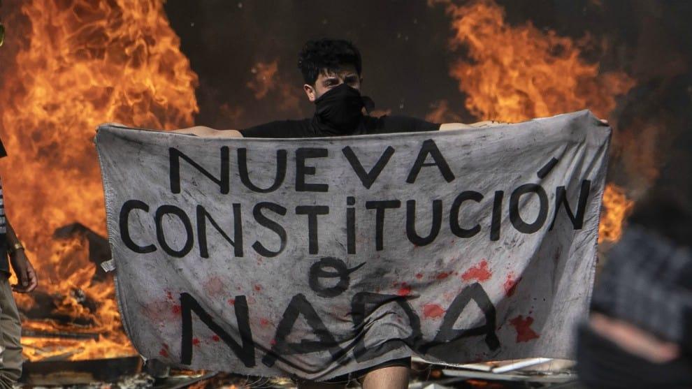 Suben muertos en protestas en Chile mientras se encamina nueva Constitución