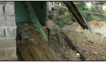 Lluvias provocan derrumbes de una vivienda y un puente en Moca