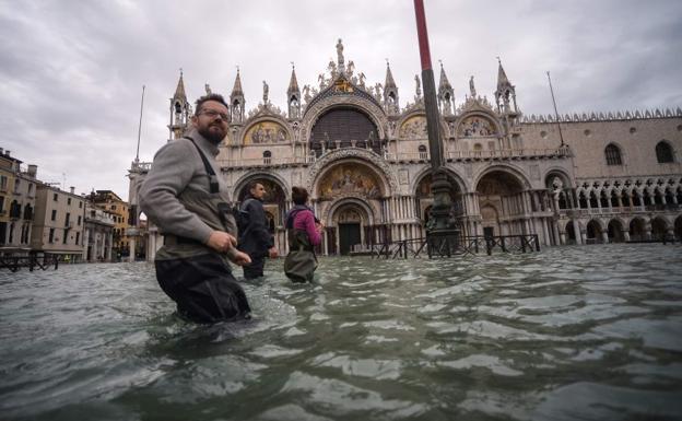 Venecia cierra la emblemática plaza de San Marcos por nueva subida del agua