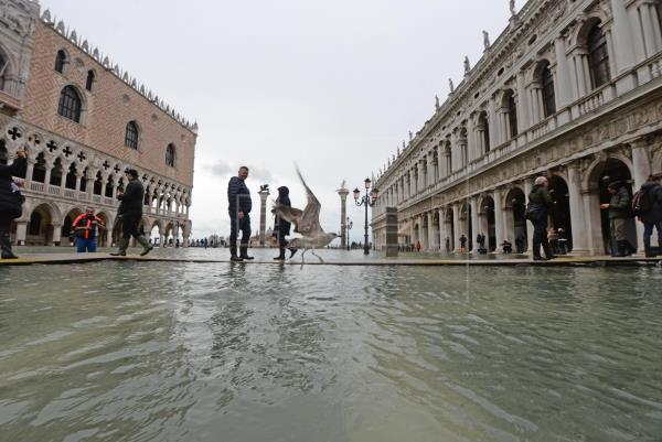 El agua empieza a descender en Venecia tras un nuevo día de inundaciones