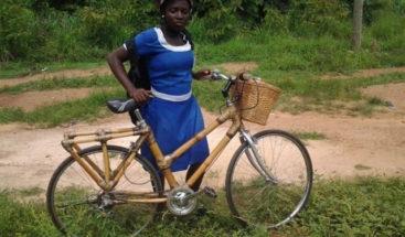 Mujer crea empresa que dona bicicletas de bambu a los niños para que no dejen la escuela
