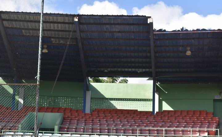 Senador José Paliza deplora condiciones del estadio de béisbol en Puerto Plata