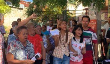 Residentes en Villa Duarte se resisten a instalación del sistema de energía prepago