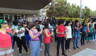 Mujeres se manifiestan frente a la Procuraduría en contra de los feminicidios