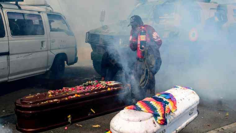 Dispersan con gases marcha con ferétros de fallecidos en operativo en Bolivia