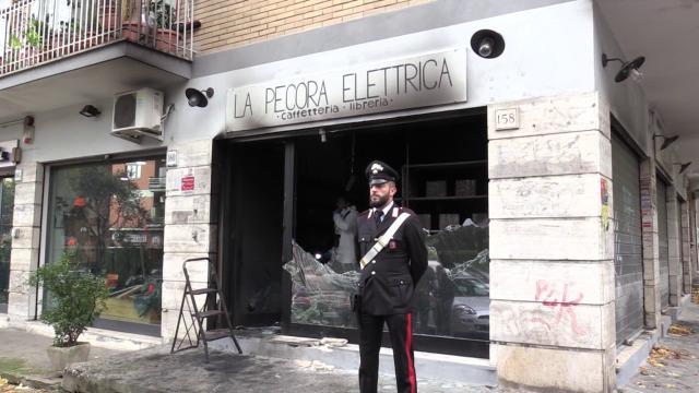 Queman por segunda vez una librería de Roma considerada