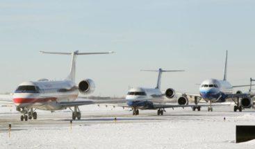 Un avión se resbala y termina fuera de la pista de aterrizaje en aeropuerto de Chicago