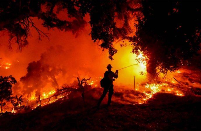 Incendio en el sur de California obliga a evacuar a miles de personas