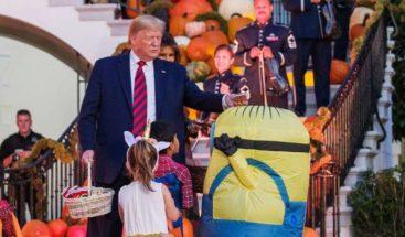 Trump se burla de un niño disfrazado de Minion en Halloween