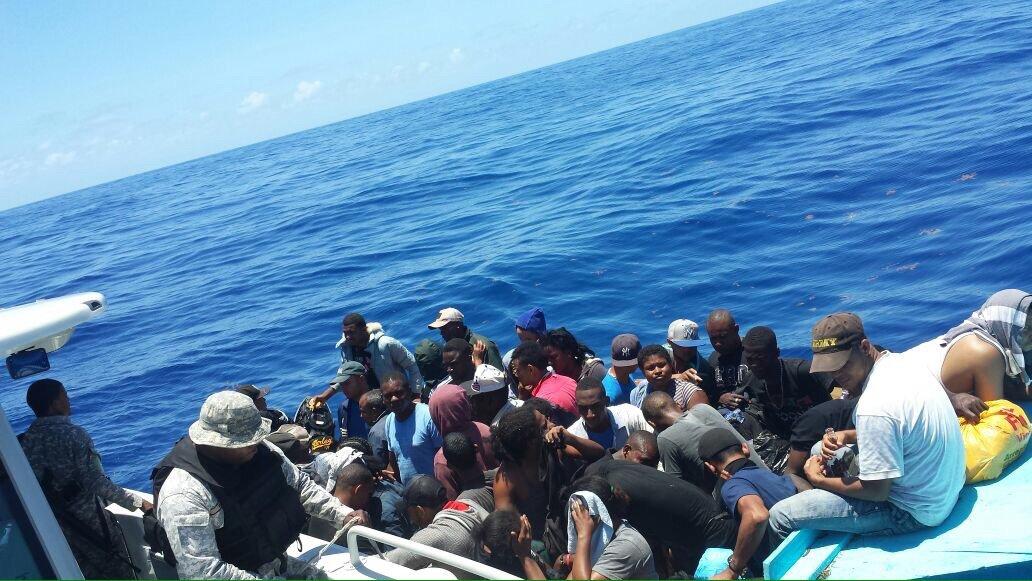 Detienen a 52 personas que intentaron llegar a Puerto Rico en una yola