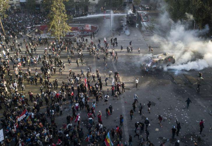 Presidente de Chile rechaza dimitir y promete investigar abusos policiales en protestas