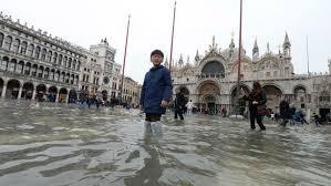 Venecia prueba por primera vez una de sus tres barreras contra las mareas