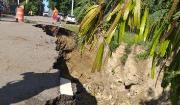 Exhortan a conductores tener precaución por socavón en carretera de Santiago