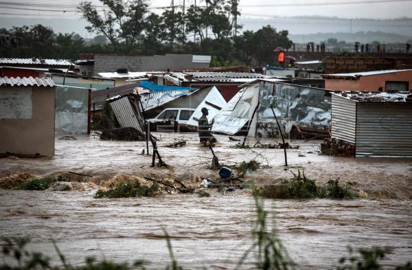 Dos muertos y 1.200 desplazados por inundaciones en la capital de Sudáfrica