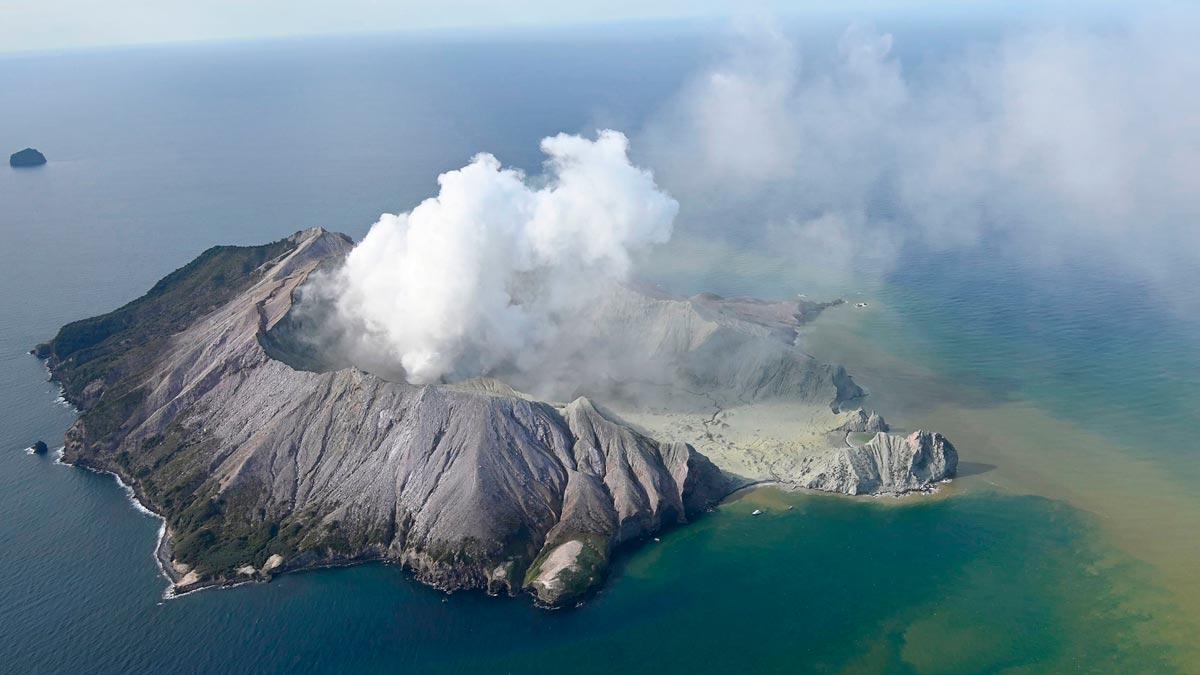 Cinco muertos y decena de atrapados en erupción del volcán Whakaari en N. Zelanda