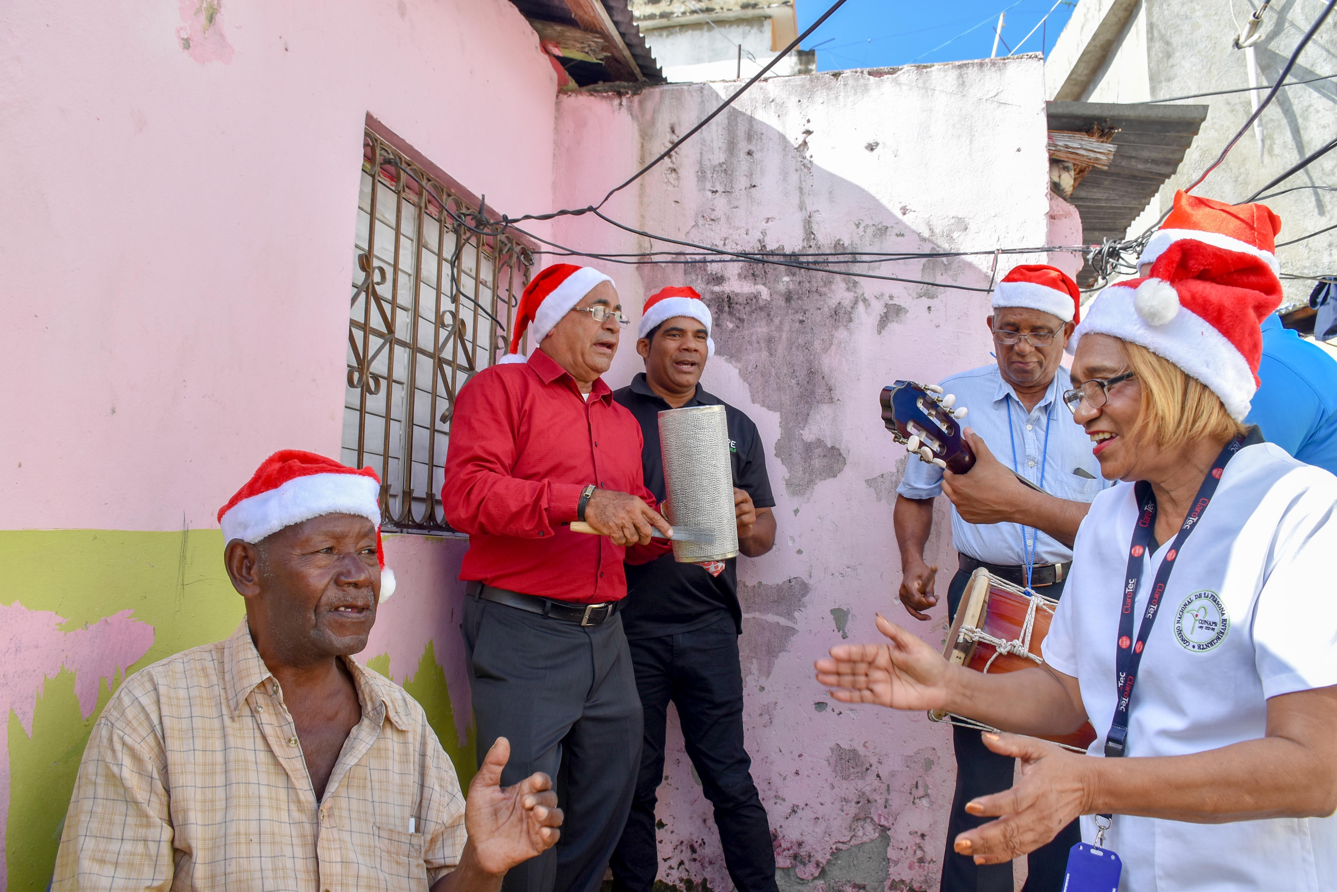 Sorprenden a adultos mayores con aguinaldos navideños en sectores de la capital