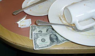 Nueva York suprime salario por propinas en varios sectores