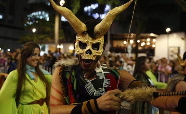 Catrinas y elfos pasean por Medellín en el Desfile de Mitos y Leyendas