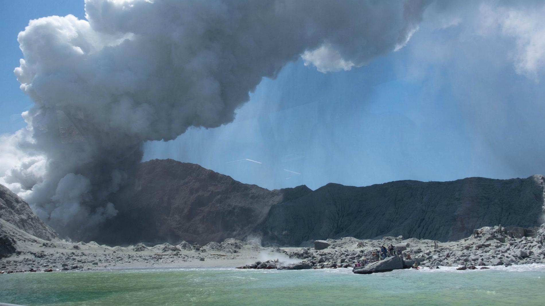Al menos 16 víctimas mortales por erupción de volcán en Nueva Zelanda