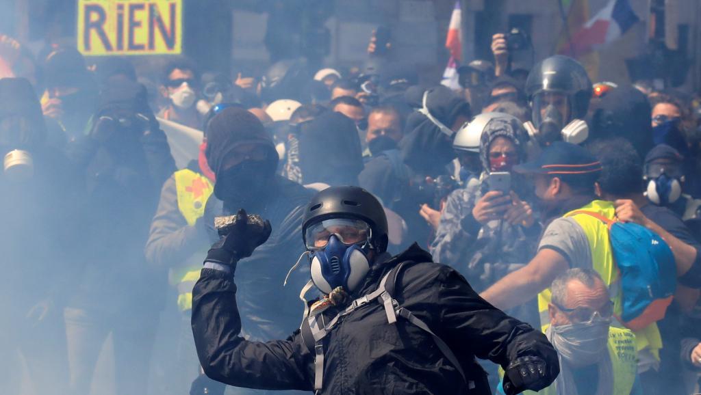 Al menos71personas detenidas durantealtercados en protestaspor reforma de pensiones en París