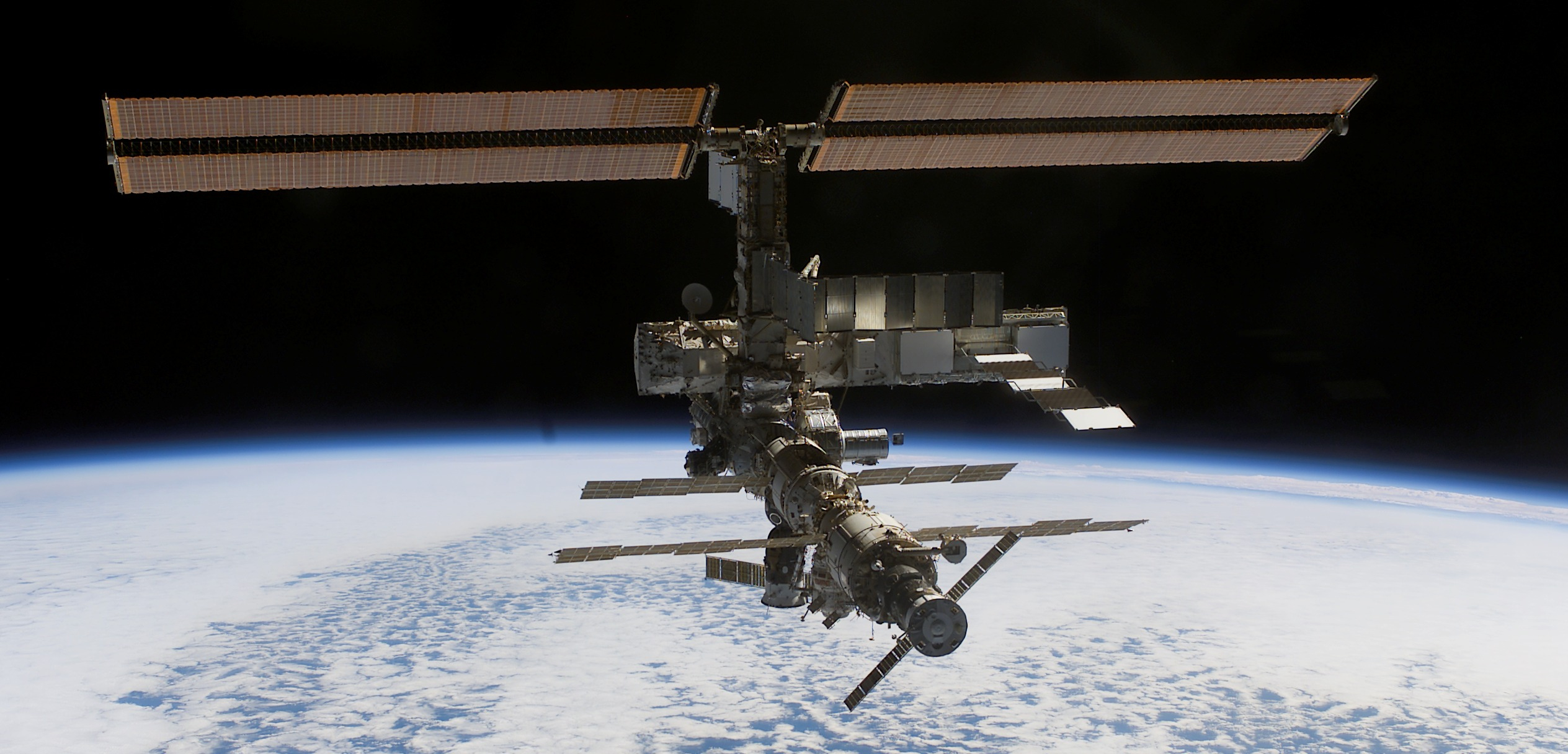 La cápsula Dragon viaja hacia la Estación Espacial con material científico