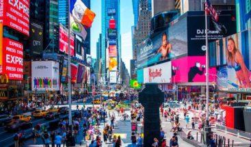 Una mujer muere en Times Square al caerle escombros de la fachada de edificio