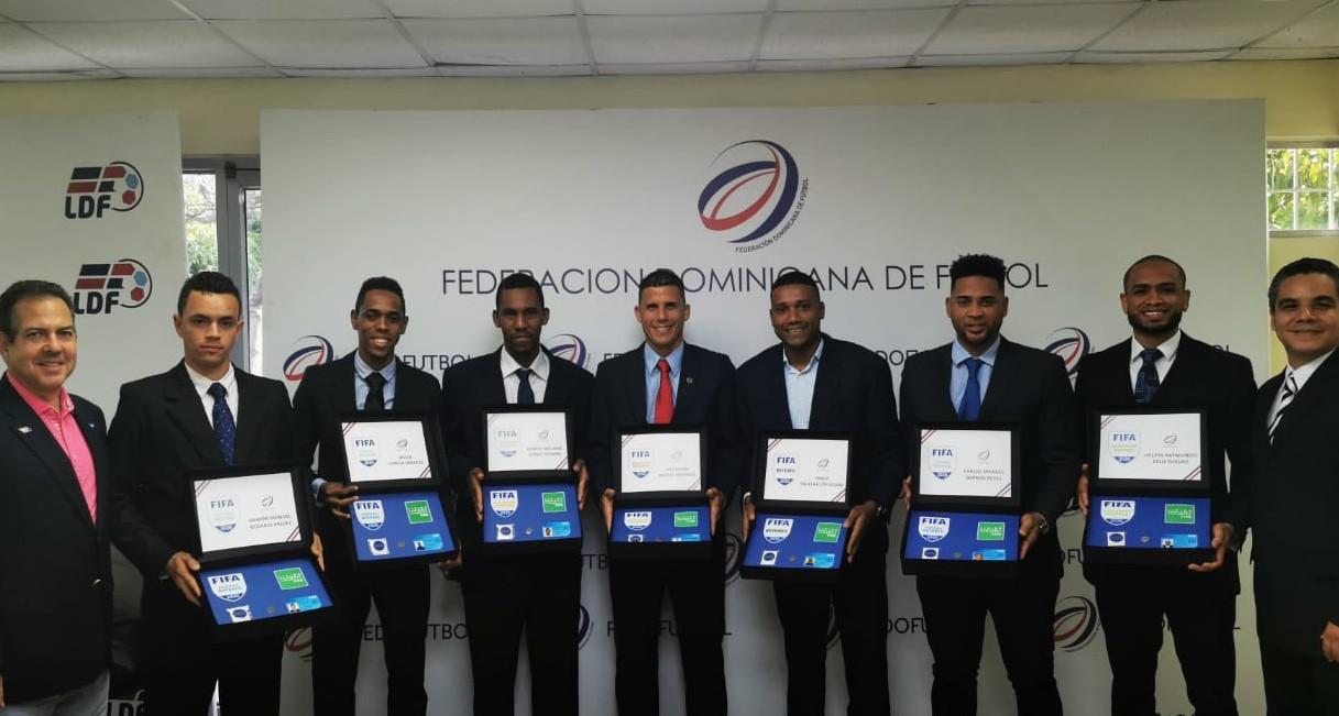 Árbitros dominicanos de Fútbol reciben gafetes que los identifica como internacionales