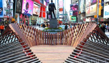 El amor se abre paso en Times Square con una escultura de espejos y luz