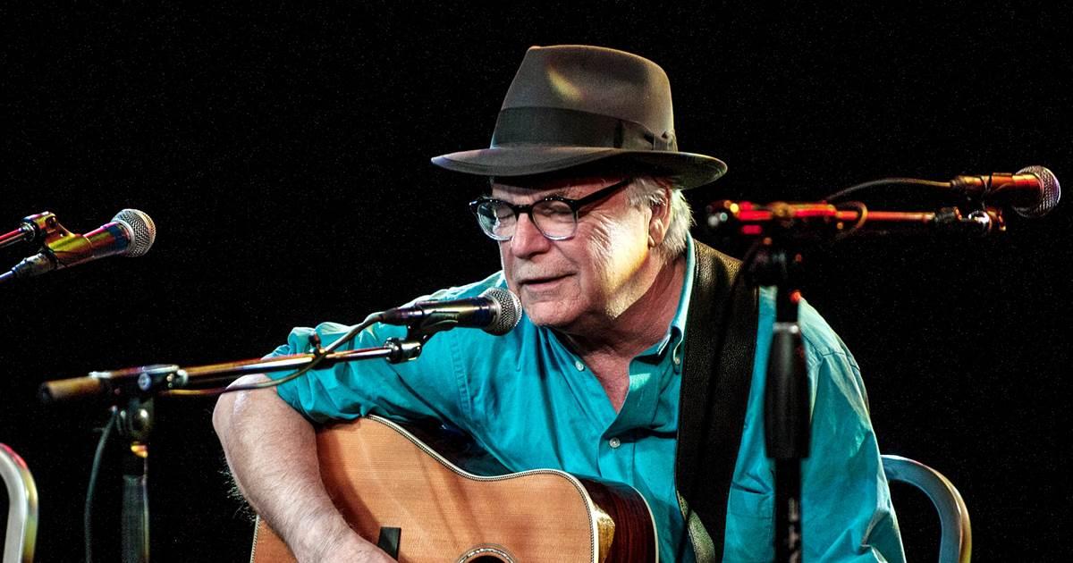 Cantante estadounidense muere sentado en plena presentación en Florida