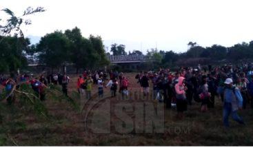 Cientos de migrantes cruzan en grupo hacia México