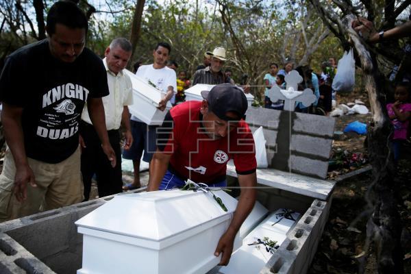 Familia asesinada es sepultada 37 años después