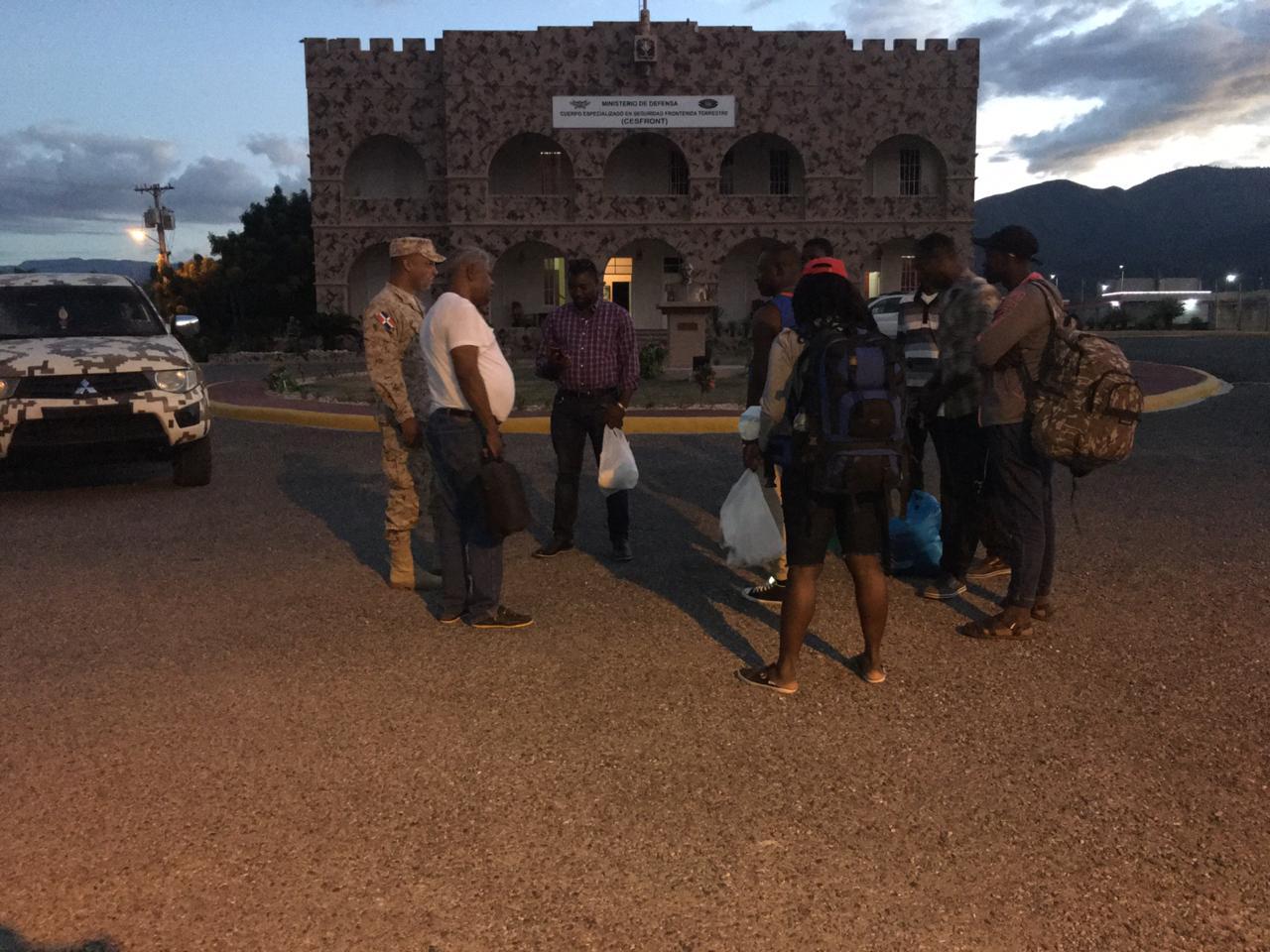 CESFRONT da asistencia a policías haitianos que escaparon tras incendio de cuartel en Anse-A-Pitre
